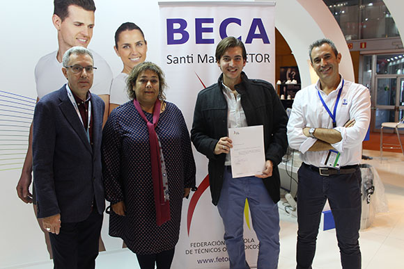 De izda. a dcha.: Jaume Reixach, presidente de FETOR; Sara Pecero, viuda de Santi Maza; Juan Antonio Martínez, ganador de la Beca; y Pedro Fernández, director general de EMO.